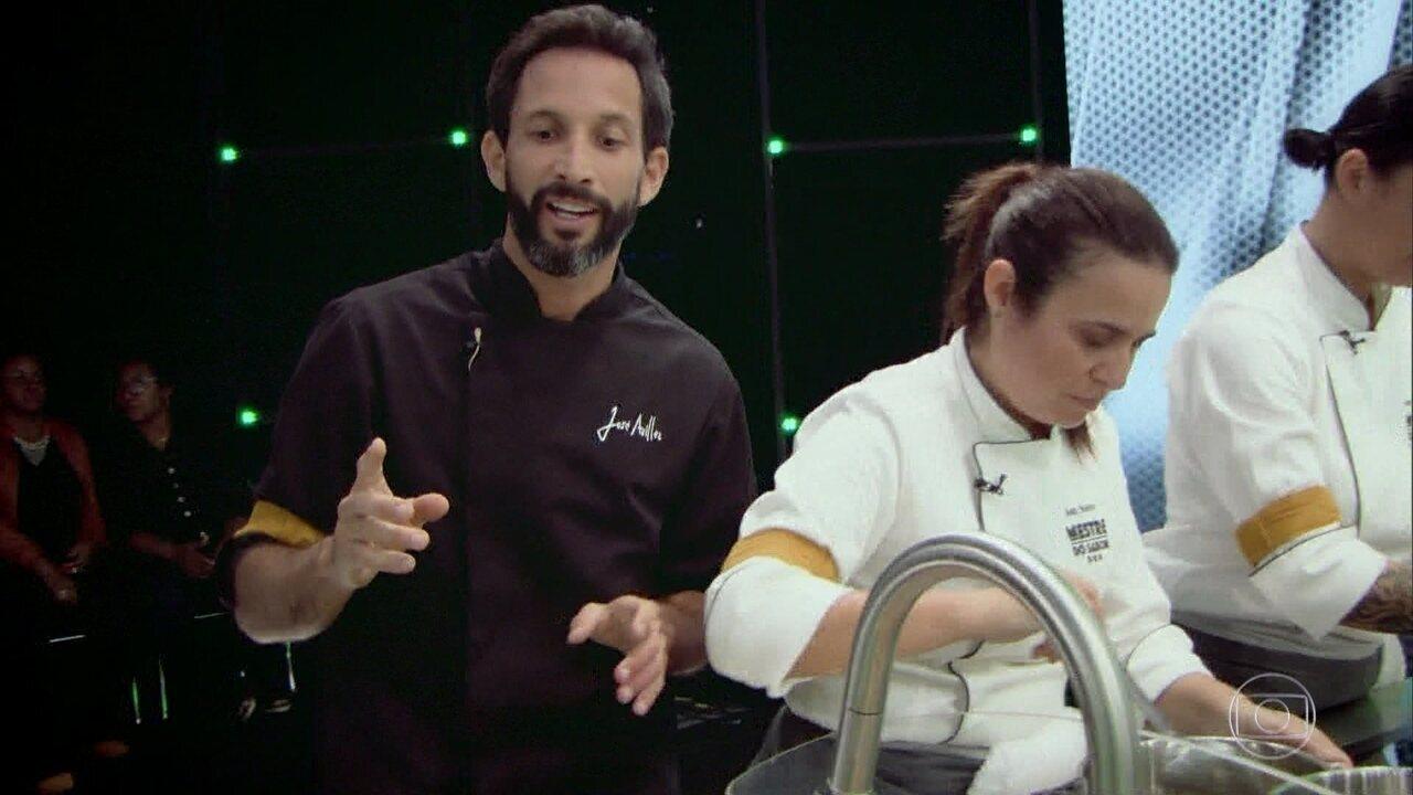 O técnicos explicam os pratos que estão sendo preparados por seus times