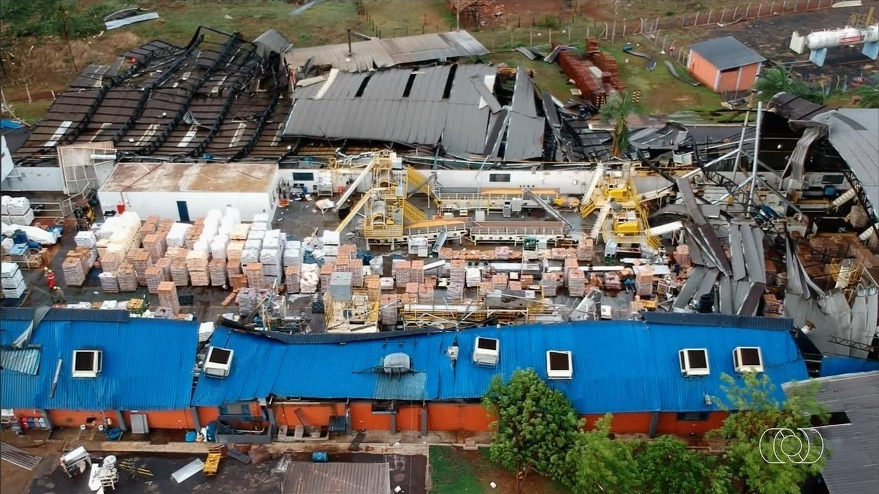 Chuva e vento destelham fábrica de alimentos em Itumbiara