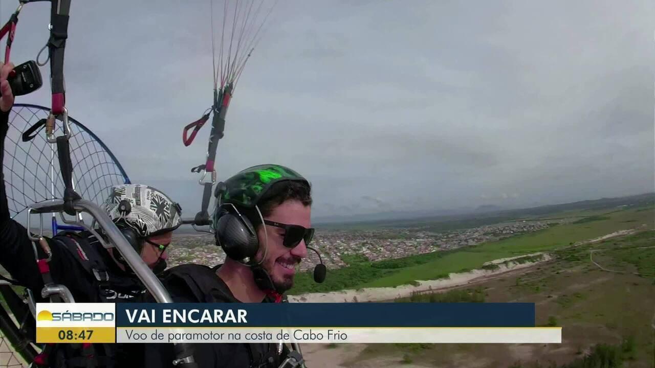 'Vai Encarar?': Gustavo Garcia em voo de paramotor na costa de Cabo Frio