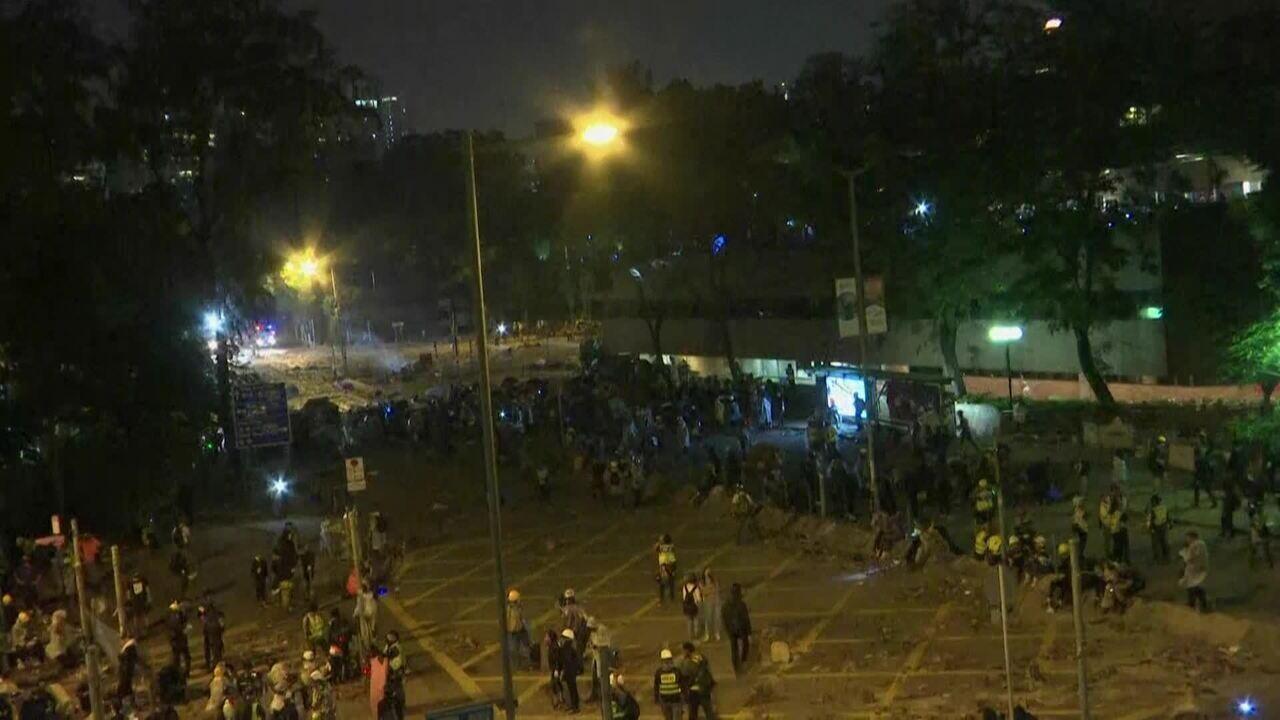 Hong Kong tem novo dia de manifestações e confrontos