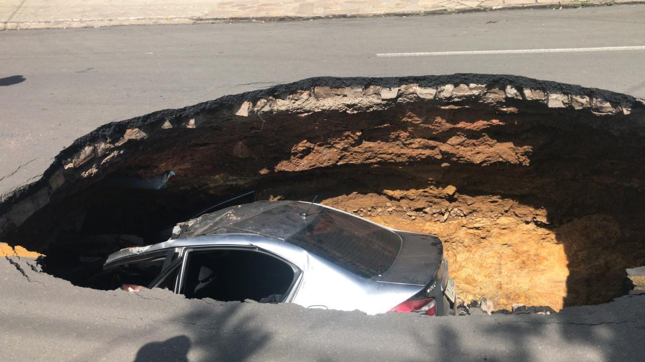 Imagens mostram carro após cair em buraco em asfalto, em Flores da Cunha