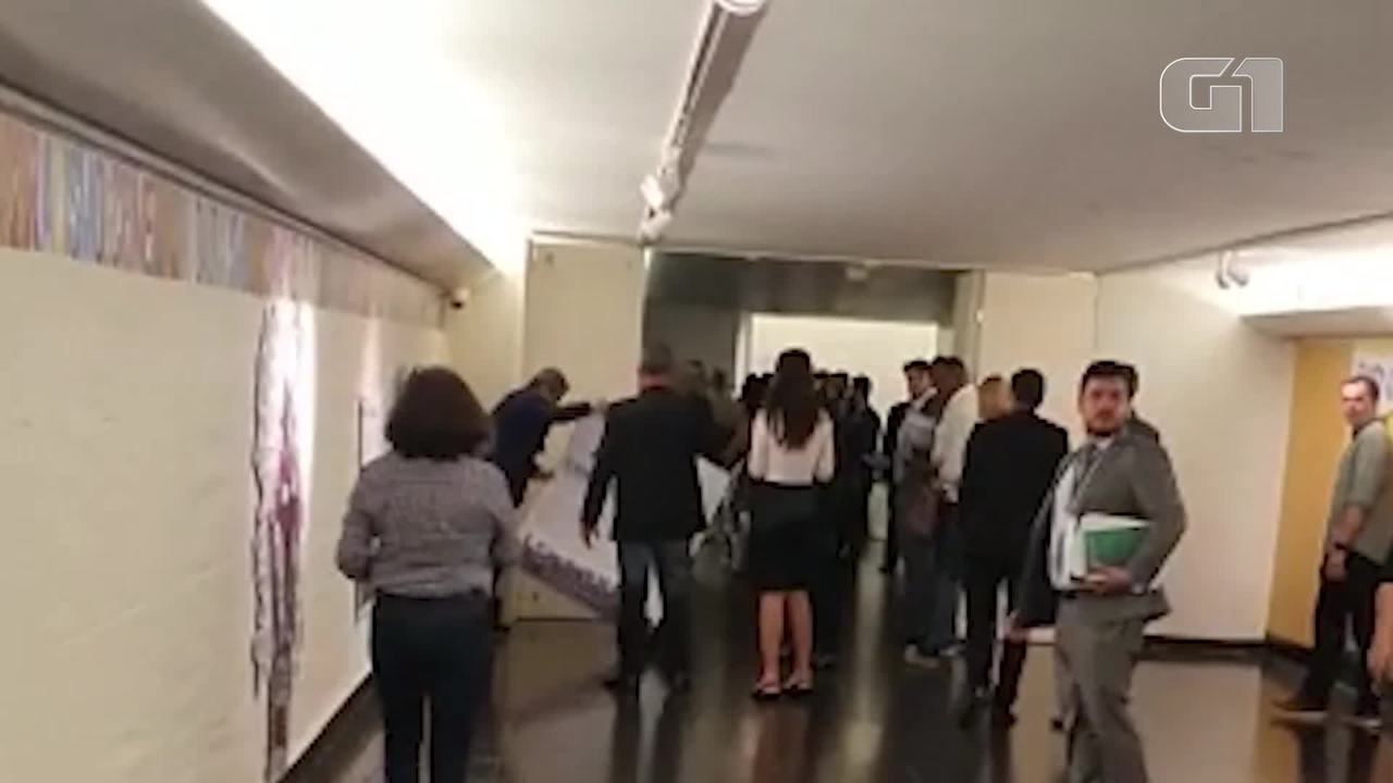 Deputado do PSL quebra placa de exposição que associa polícia a genocídio de negro
