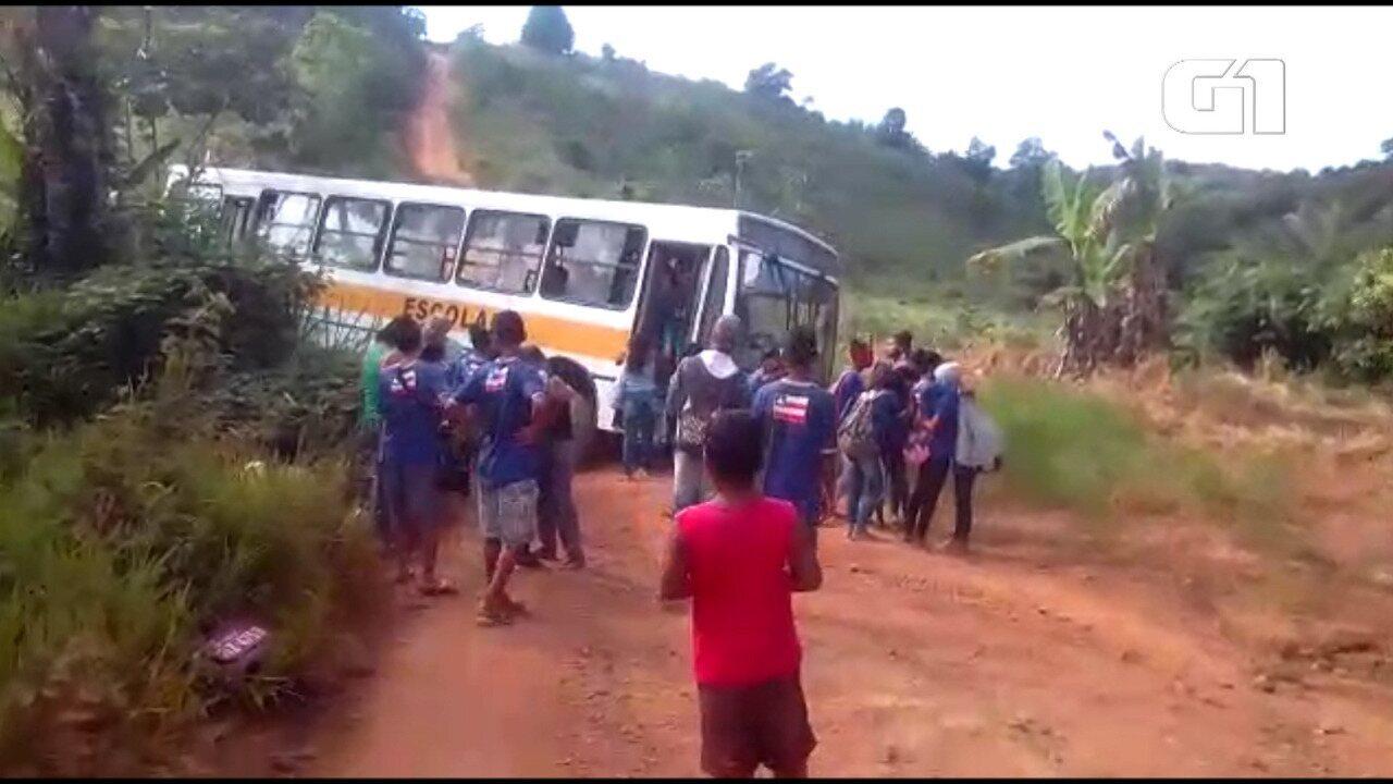 Resultado de imagem para ao-levar-estudantes-motorista-de-onibus-escolar-bate-em-arvore-apos-veiculo-perder-freios-na-ba