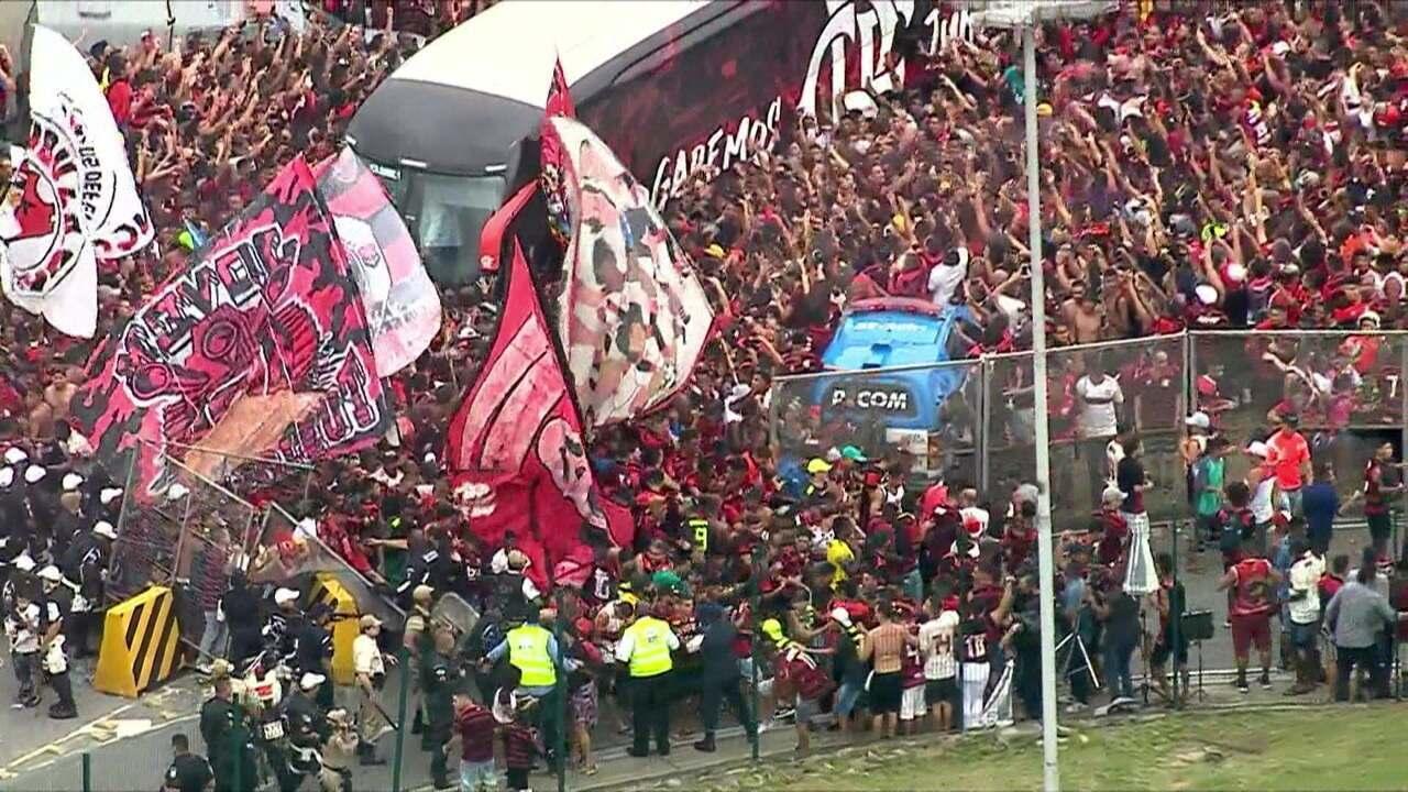 Em meio a muita confusão, ônibus do Flamengo chega ao aeroporto