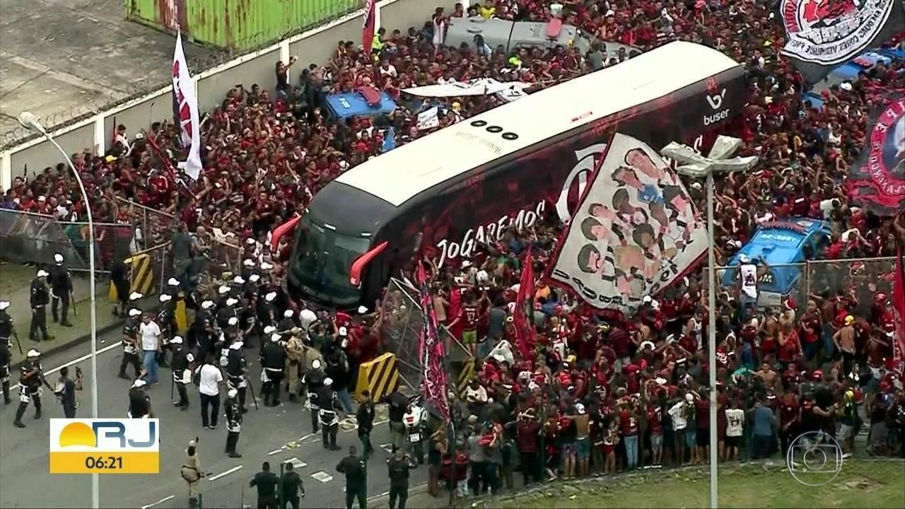 Multidão de torcedores acompanha embarque do time do Flamengo
