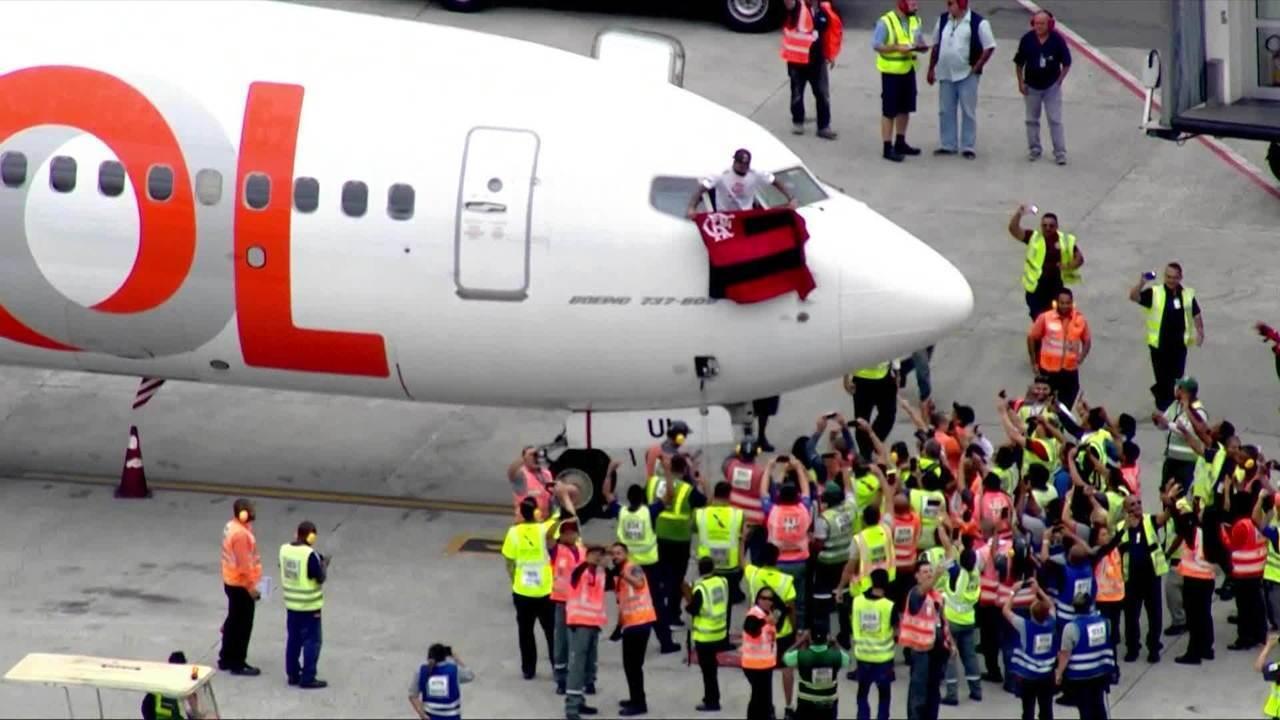 Gabigol acena do avião com bandeira do Flamengo
