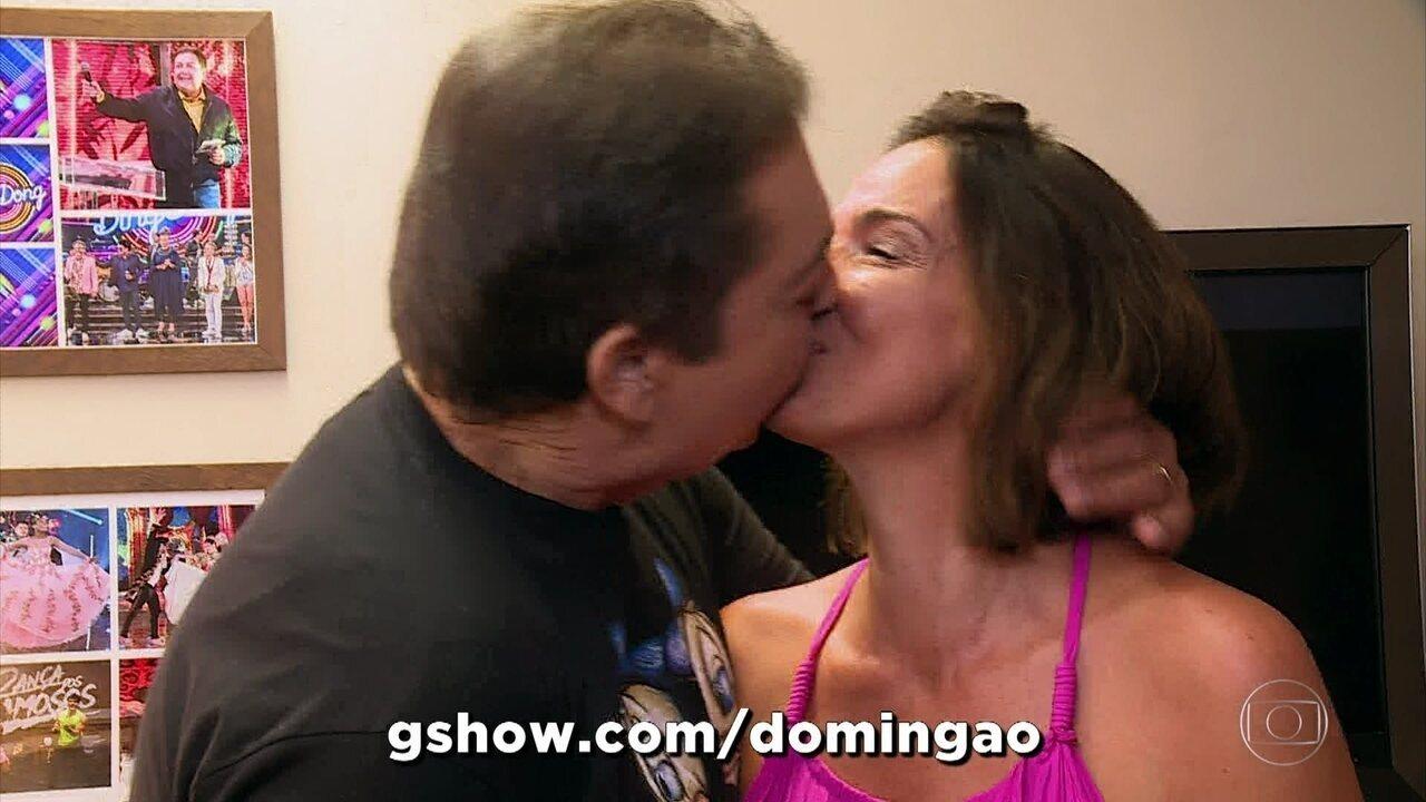 Faustão surpreende e beija esposa