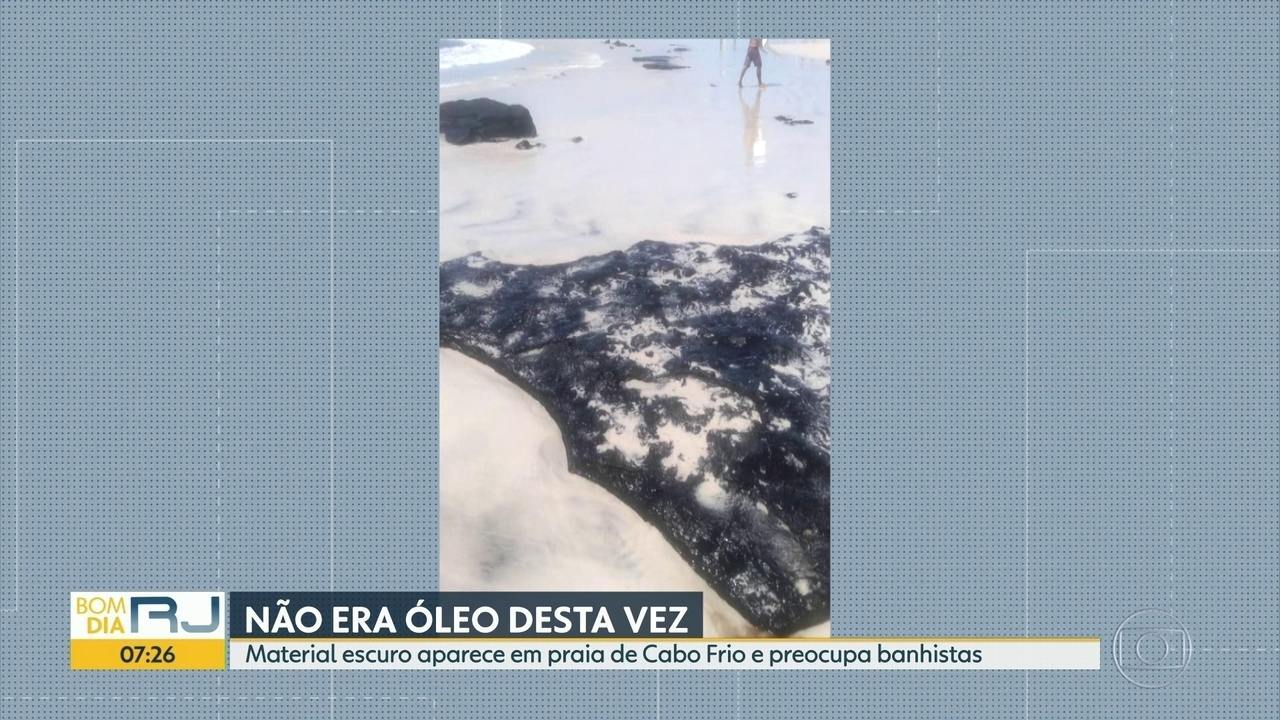 Material escuro aparece na Praia do Forte, em Cabo Frio, e preocupa banhistas