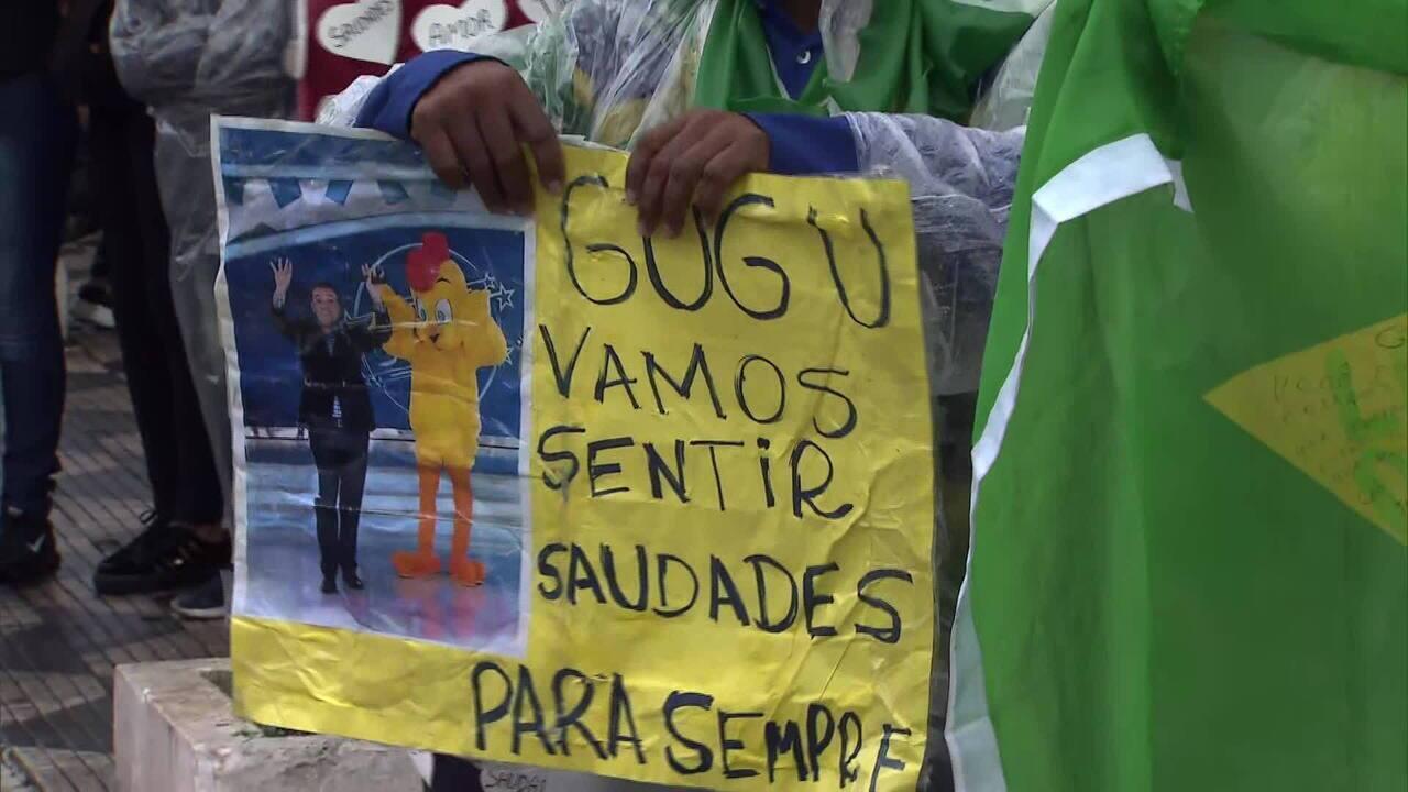 Fãs fazem fila para entrar no velório de Gugu Liberato em São Paulo
