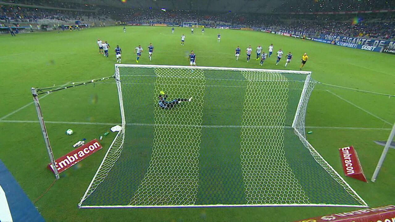 Perdeu! Após consulta ao VAR, árbitro marca pênalti e Thiago Neves joga para fora, aos 20' do 2ºT