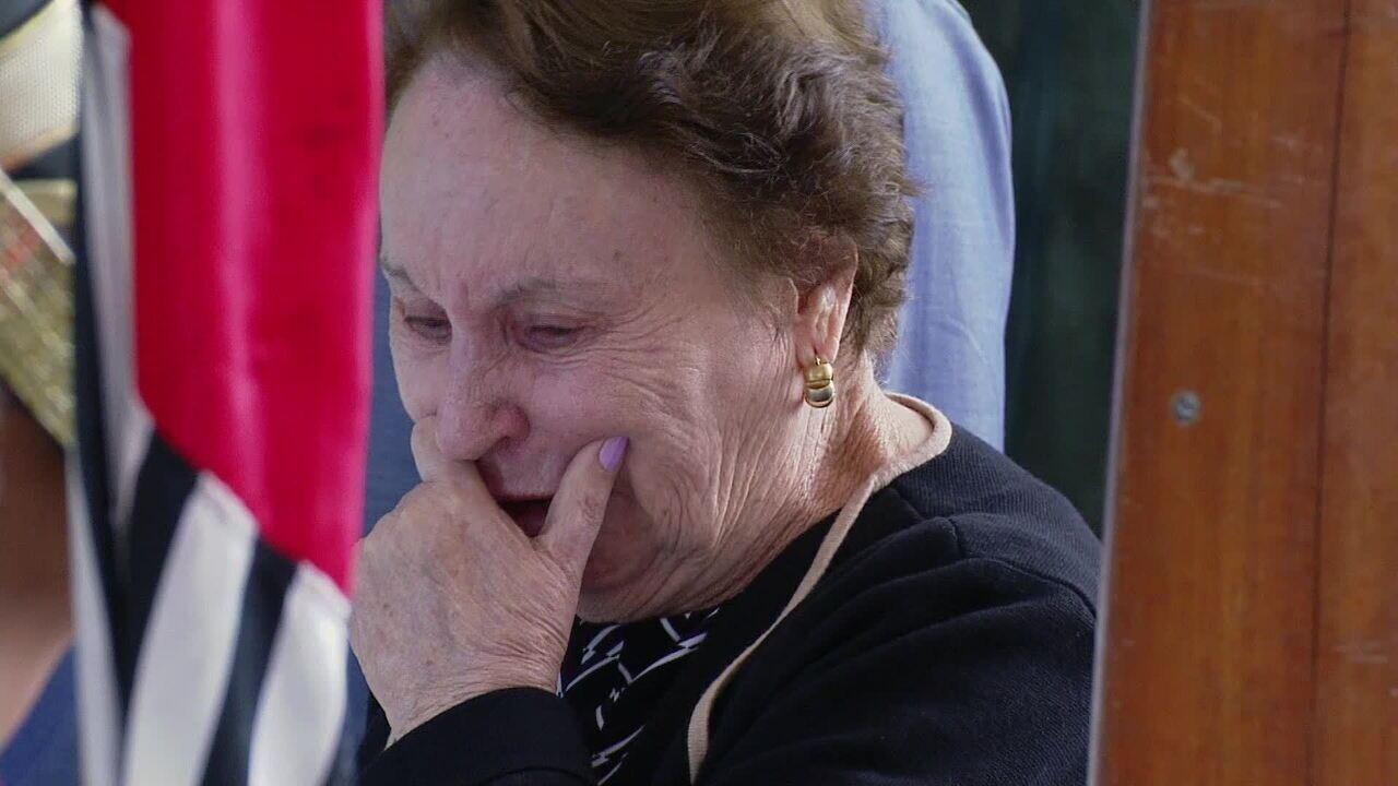 Mãe de Gugu Liberato chora sobre o caixão com o corpo do filho
