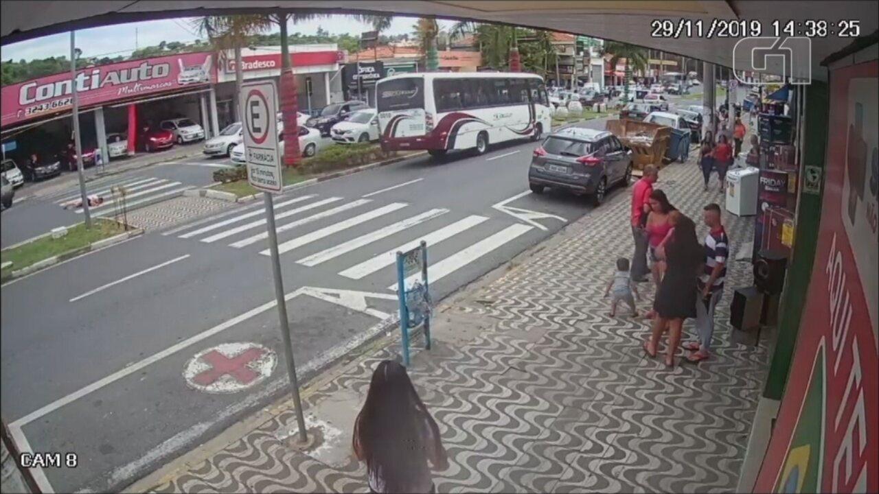 Idosa é atropelada enquanto atravessa faixa de pedestres em avenida de Votorantim