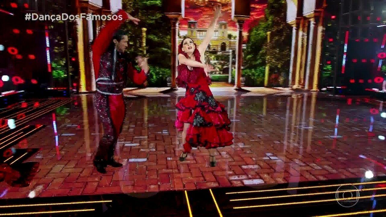 Regiane Alves se apresenta no Paso doble