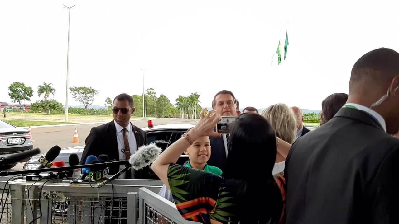 Jair Bolsonaro fala com visitantes na portaria do Palácio da Alvorada