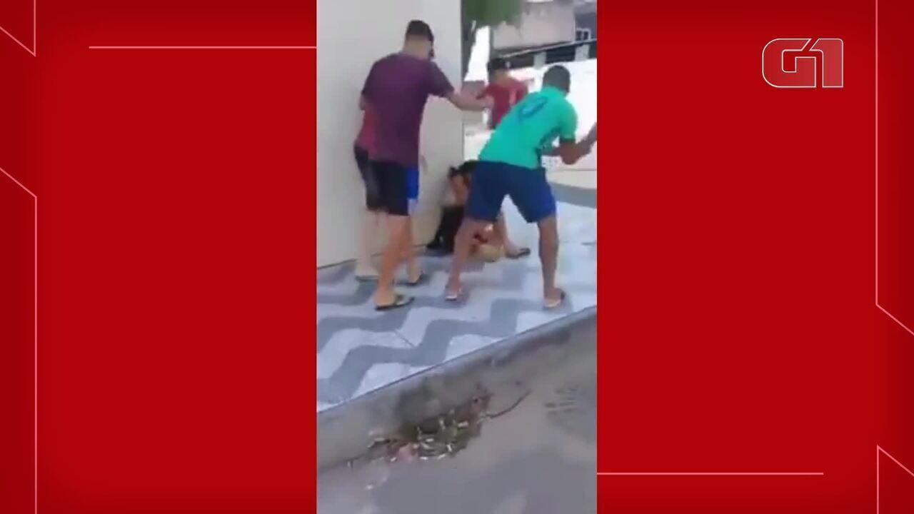Vídeo mostra travesti sendo agredida no Bairro Vila Velha, em Fortaleza.