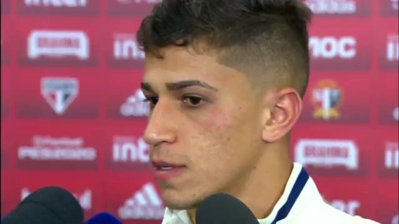 """Vitor Bueno elogia Fernando Diniz: """"Nunca treinei tanto na minha vida"""""""
