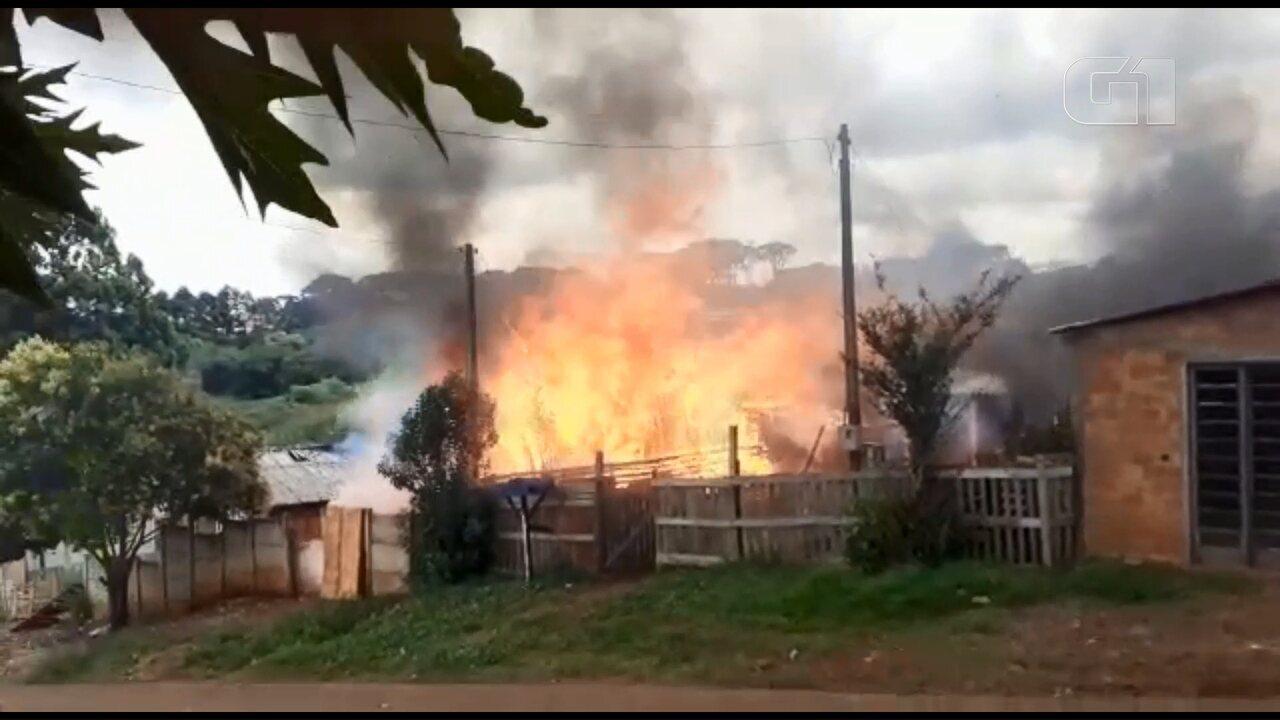 Duas casas são destruídas por incêndio, em Guarapuava