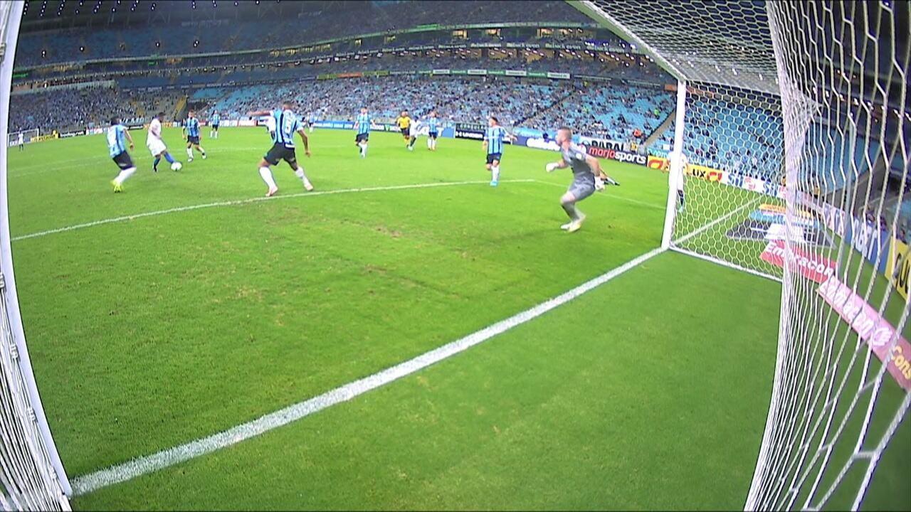 Robinho recebe de Egídio, bate para o gol, mas Michel salva de carrinho aos 13 do 2º tempo