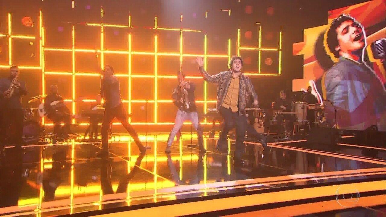 George Sauma canta, dança e sapateia no palco do ´Popstar`