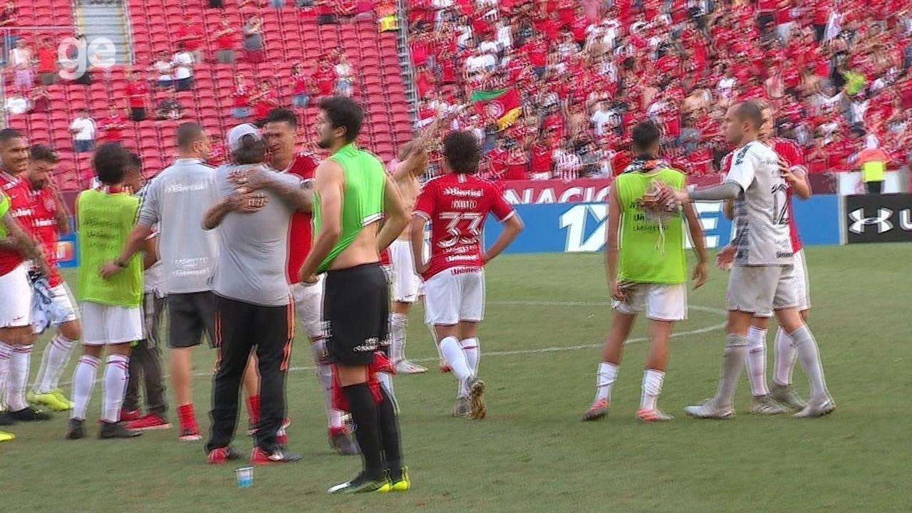 """D'Alessandro ouve pedidos de """"fica"""" da torcida do Inter e retribui com aplausos"""