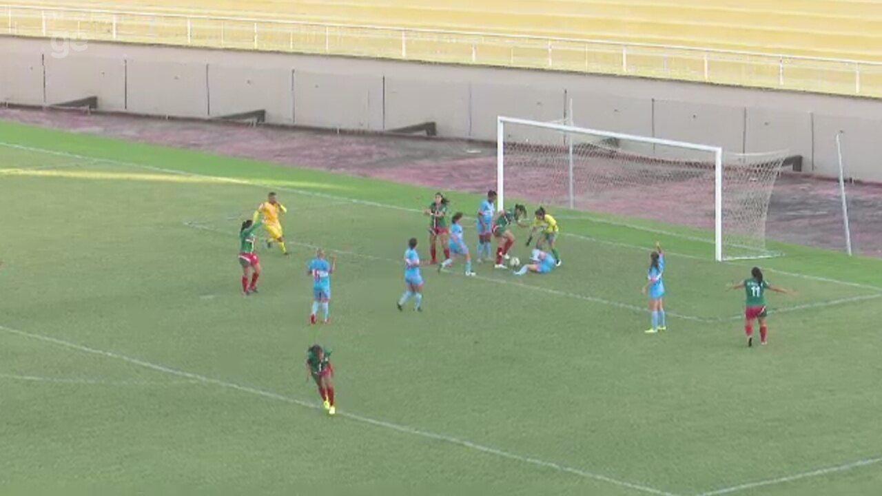 Jogadoras da Assermurb reclamam pênalti após sobra de bola na área do Atlético-AC