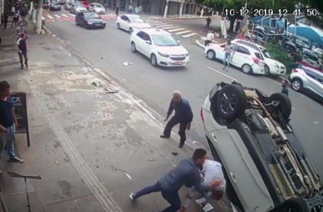 Dois são presos após jogar carro em cima de policiais militares em SP