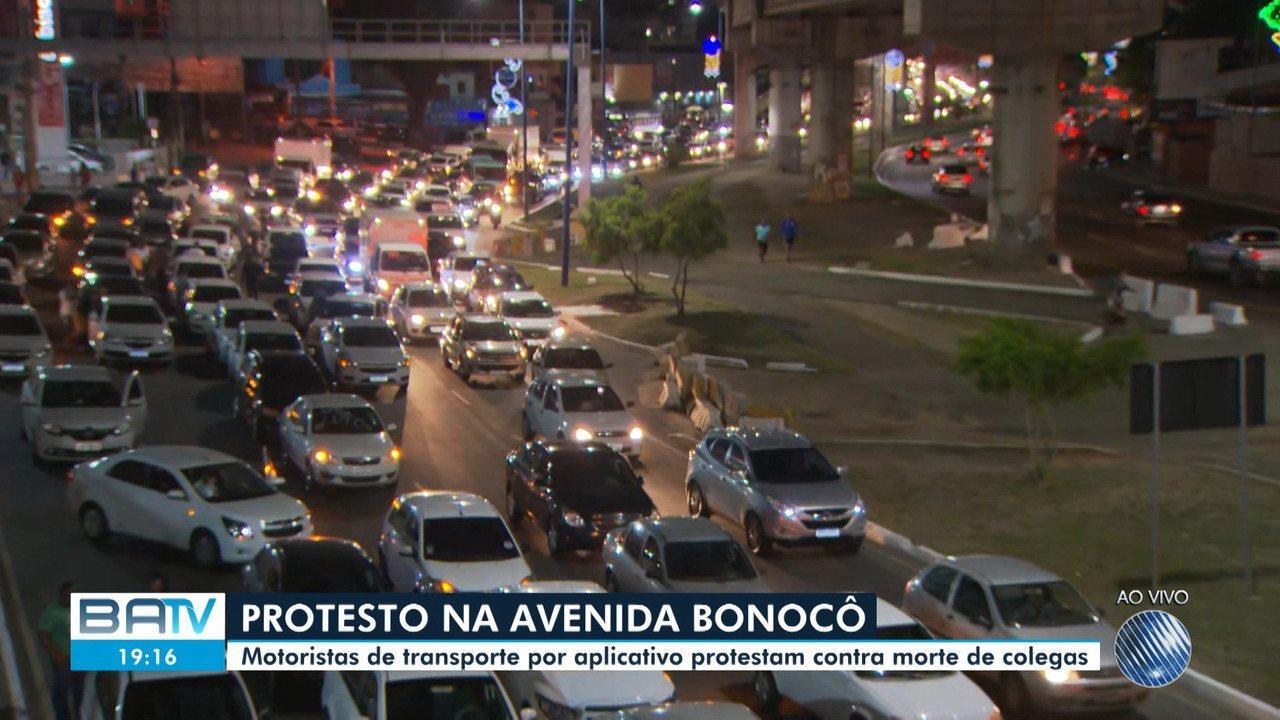 Motoristas de transporte por aplicativo fazem protesto na Avenida Bonocô, em Salvador