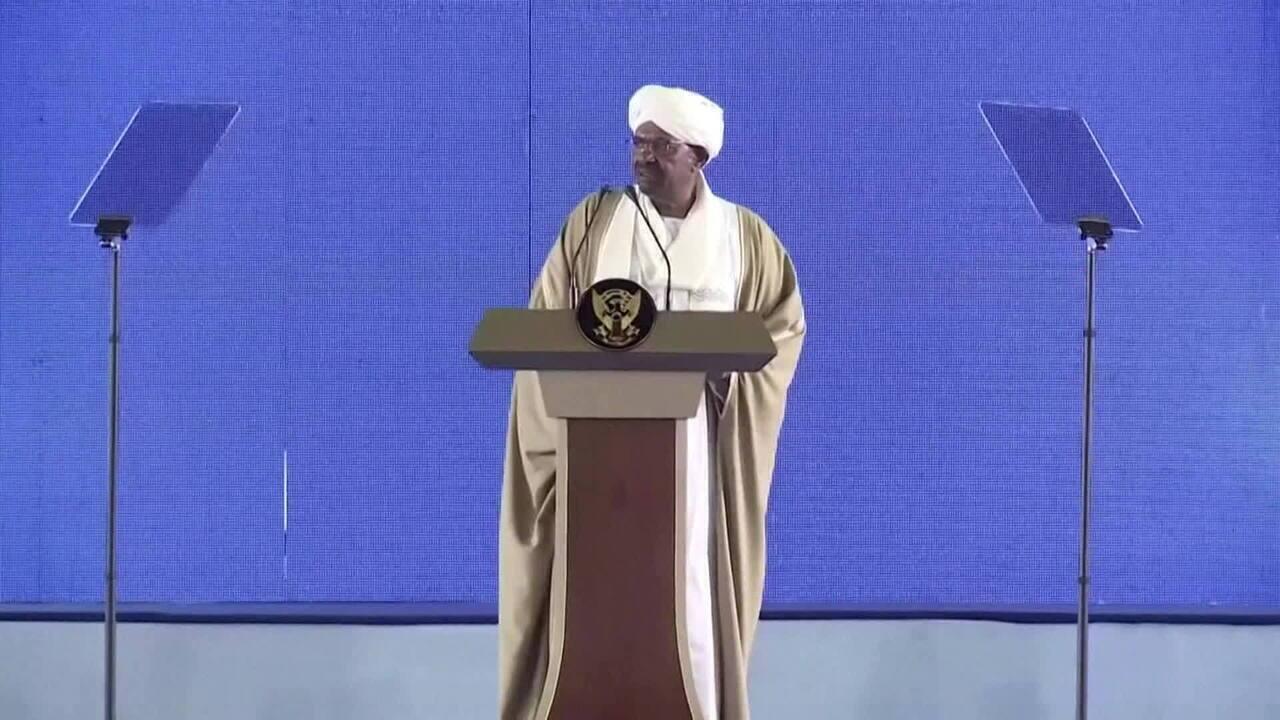 Ex-presidente do Sudão é condenado a dois anos de prisão