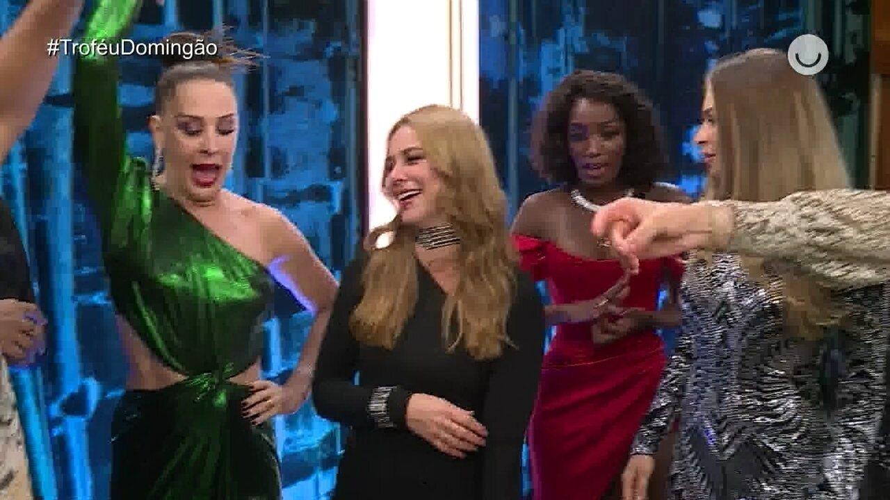 As convidadas se divertem dançando nos bastidores do Troféu Domingão