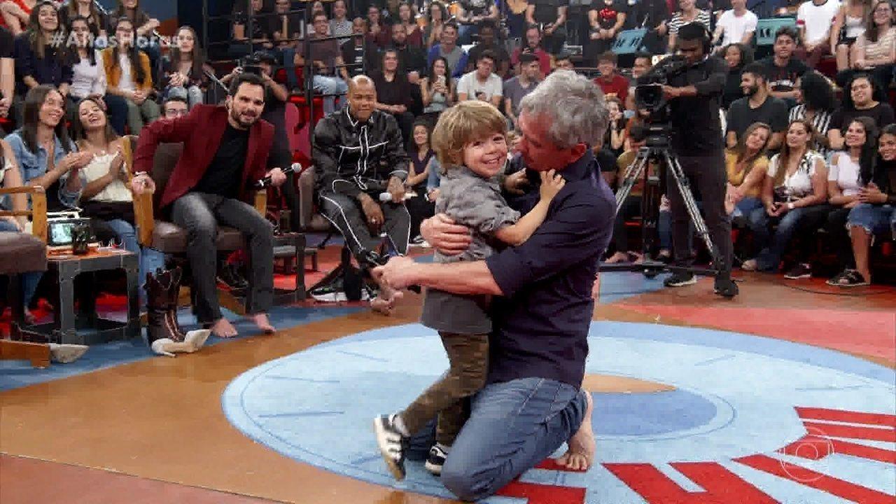 Serginho recebe filho e esposa no palco