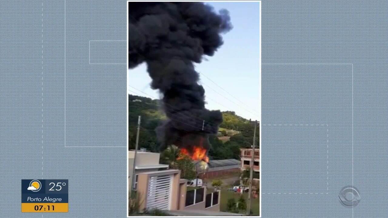 Incêndio destrói pavilhão de fábrica de plástico em Feliz