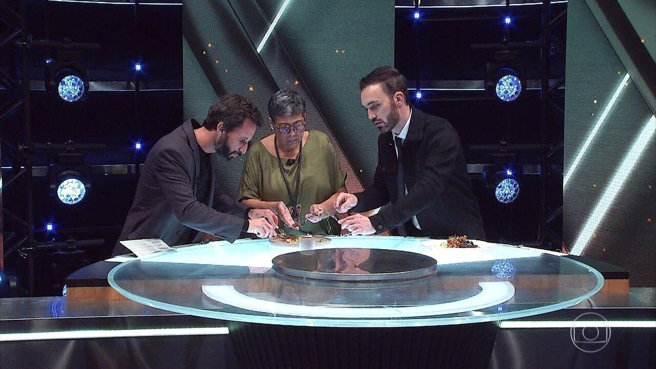 Avillez, Kátia e Leo avaliam e experimentam os pratos principais