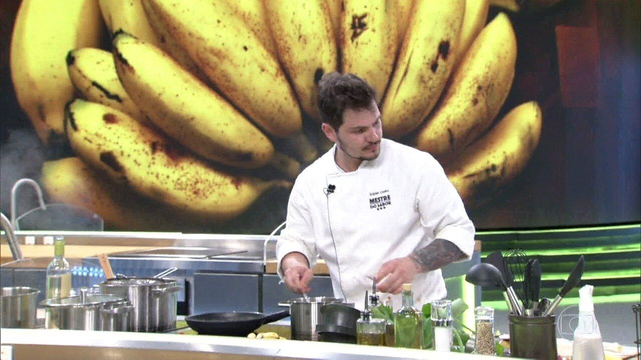 Dudu Poerner e Gabriel Coelho preparam entradas com banana