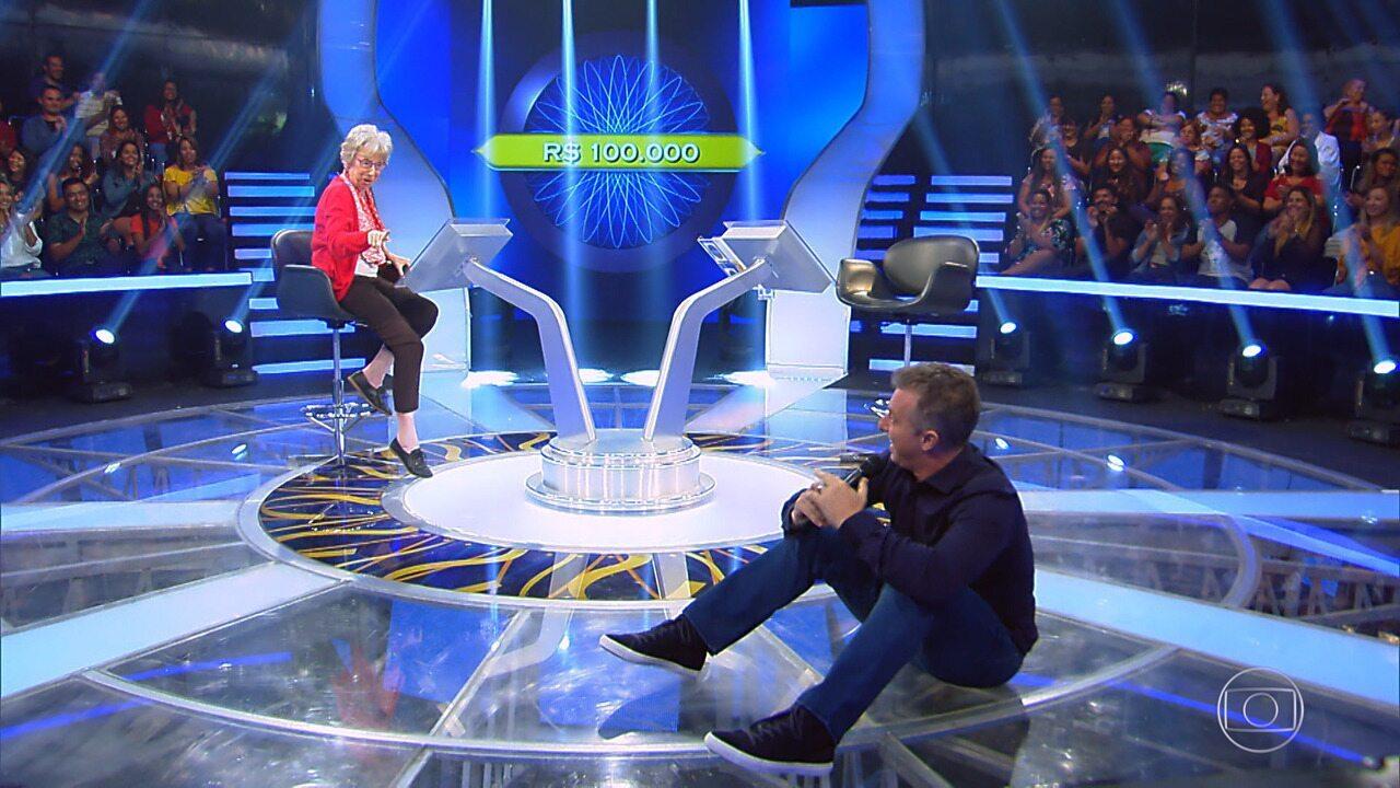 Luciano dá cambalhota com resposta correta de Julieta no 'Quem Quer Ser Um Milionário'