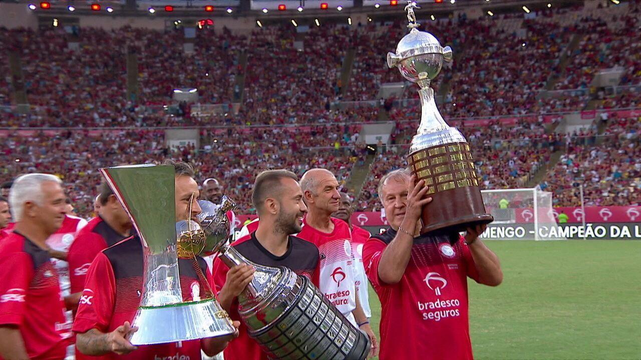 Que momento, que imagem! Zico, Everton Ribeiro e Rafinha exibem conquistas da Libertadores e Brasileirão no Maracanã