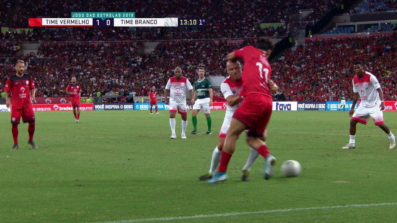 Gol do time Vermelho! Paquetá faz um golaço de cinema, com direito a caneta, aos 12' do 1ºT