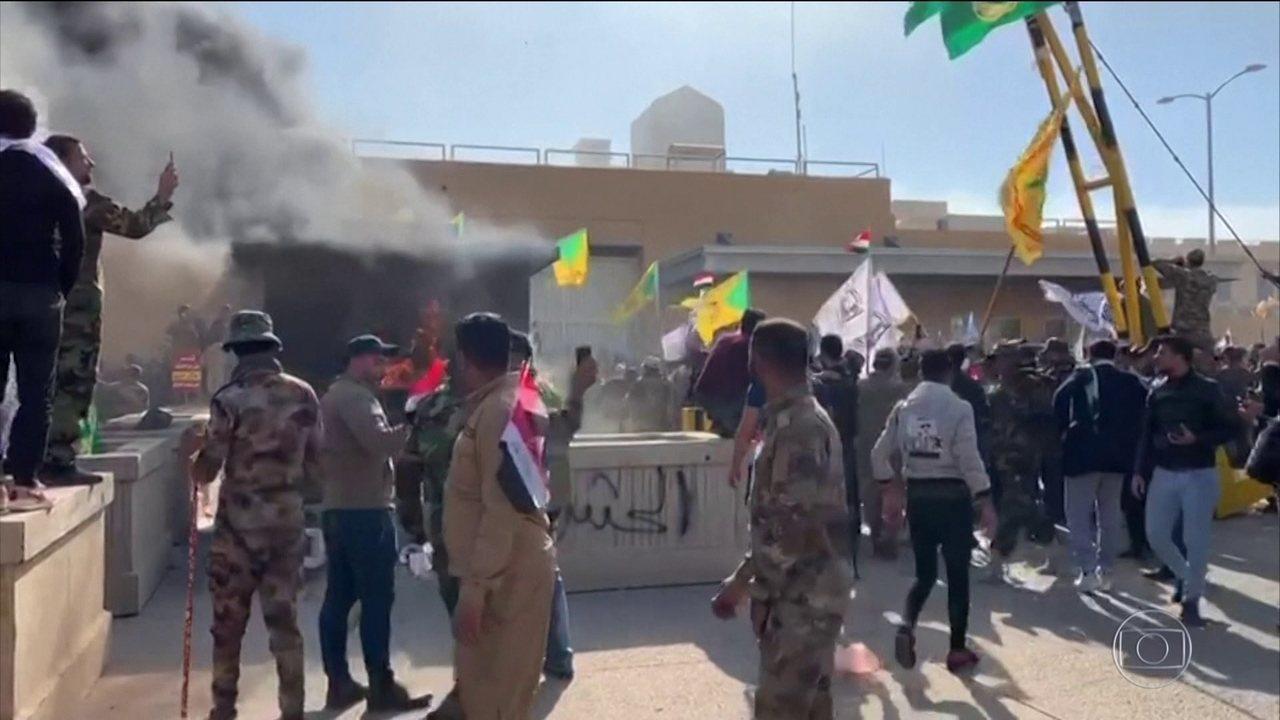 Manifestantes protestam em frente à embaixada dos EUA no Iraque