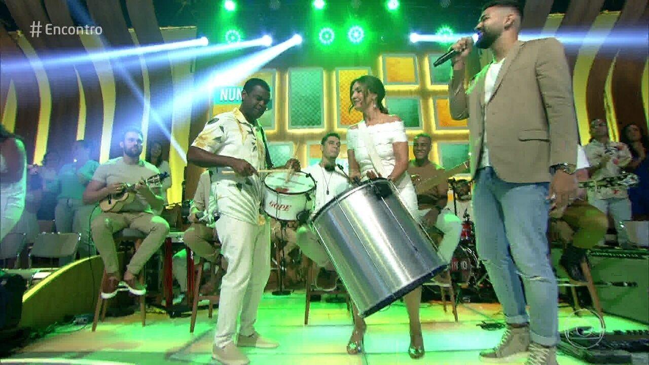 Fátima toca surdo com Dilsinho e Pretinho da Serrinha no palco do Encontro