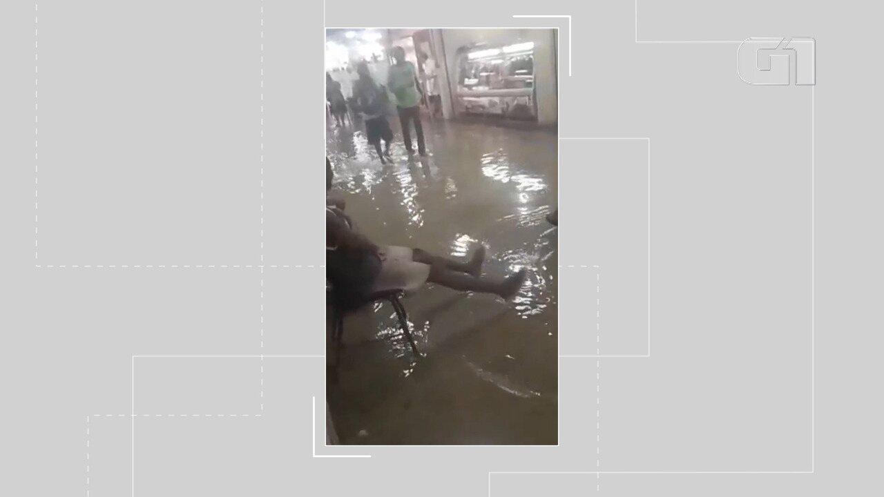 VÍDEO: Chuva provoca alagamento no Mercado do Peixe, em Itapuã