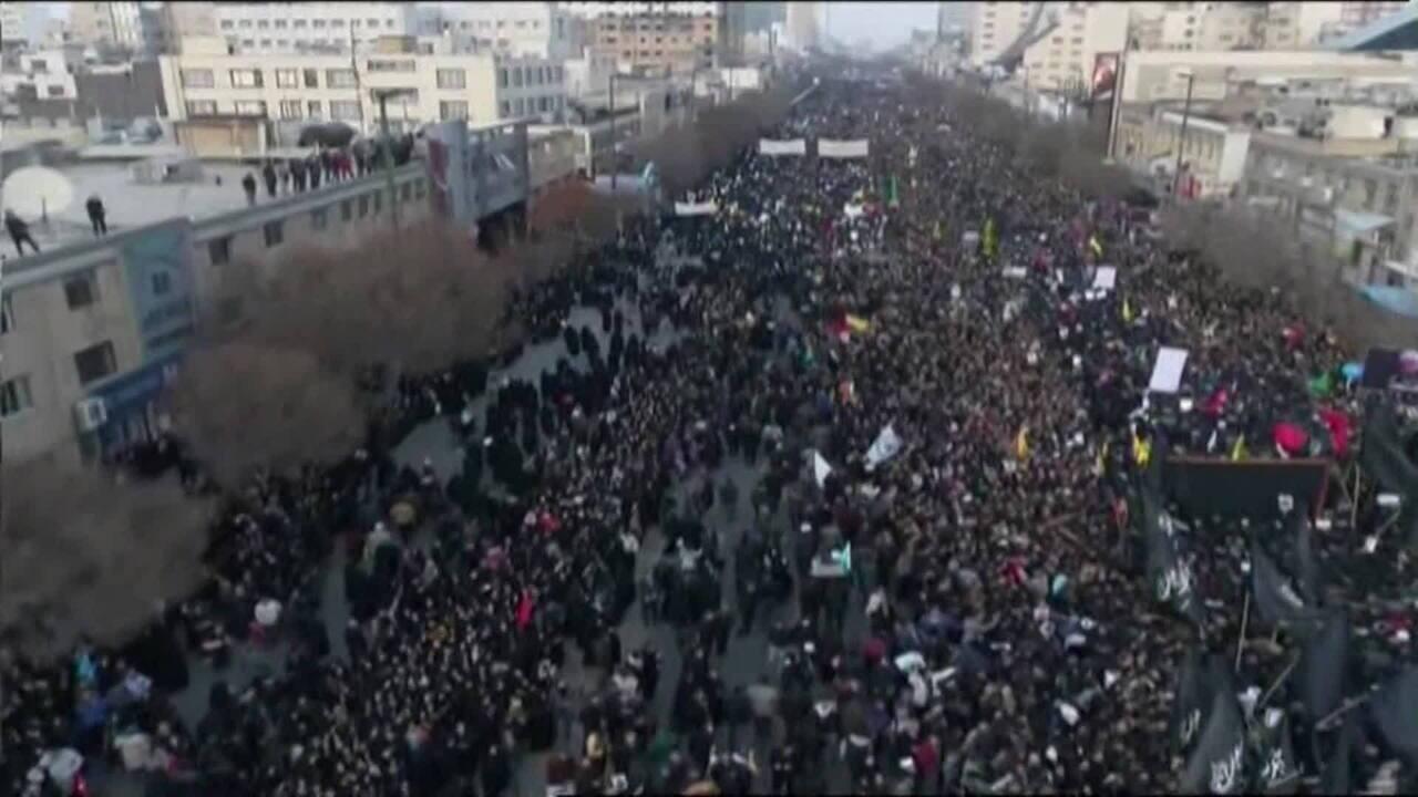 Multidão participa do funeral do general Qassem Soleimani morto em ataque dos EUA