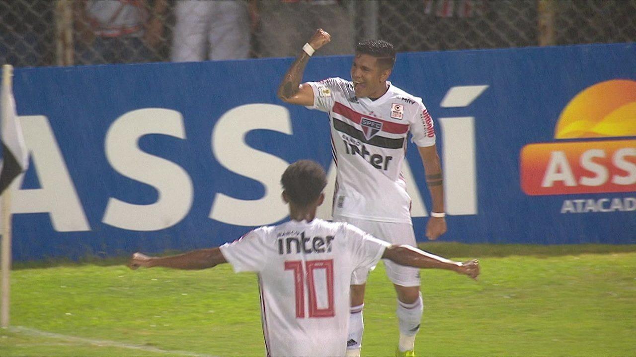 Gol do São Paulo! Galeano pega rebote e chuta no cantinho, aos 39' do 1º tempo