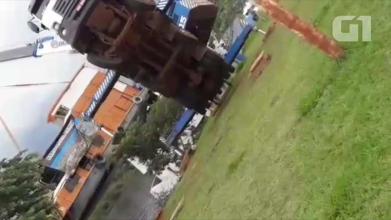 Guindaste não aguenta peso de barco e tomba em Pimenteiras do Oeste, RO