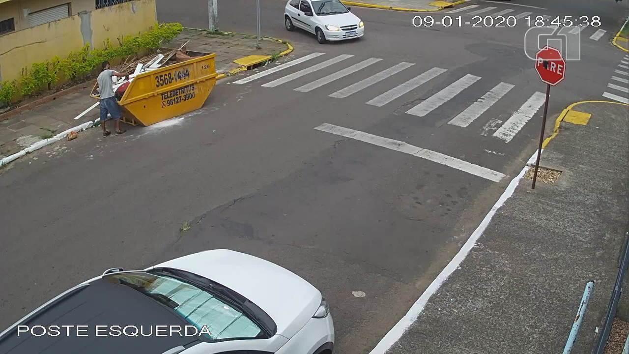 Filhotes de cachorro são abandonados em caçamba de lixo em São Leopoldo