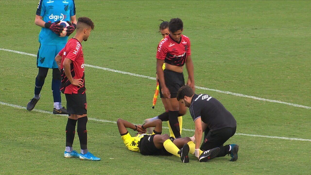 Árbitro da Copinha se machuca, cai no chão e é substituído, aos 5' do 2º tempo