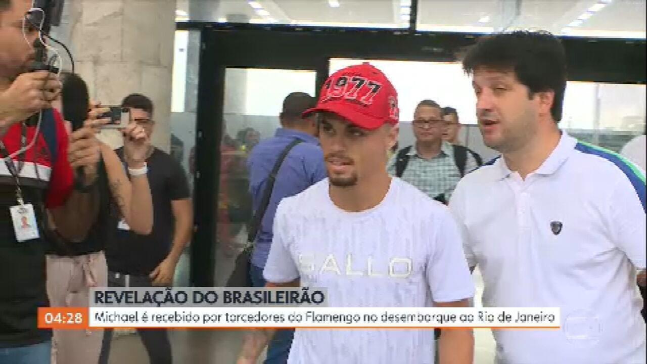 Ex-Goiás, atacante Michael é recebido com festa por torcedores do Flamengo