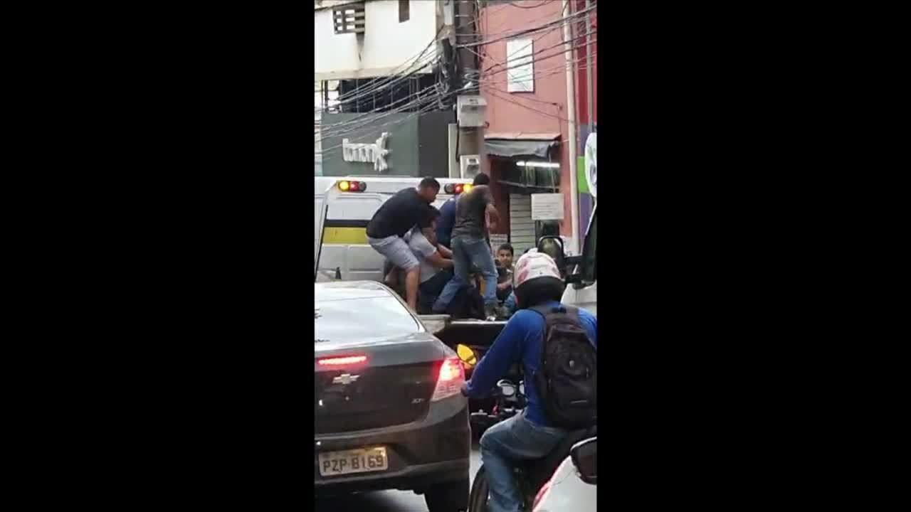 Dono de moto guinchada e agentes de trânsito brigam em Cuiabá