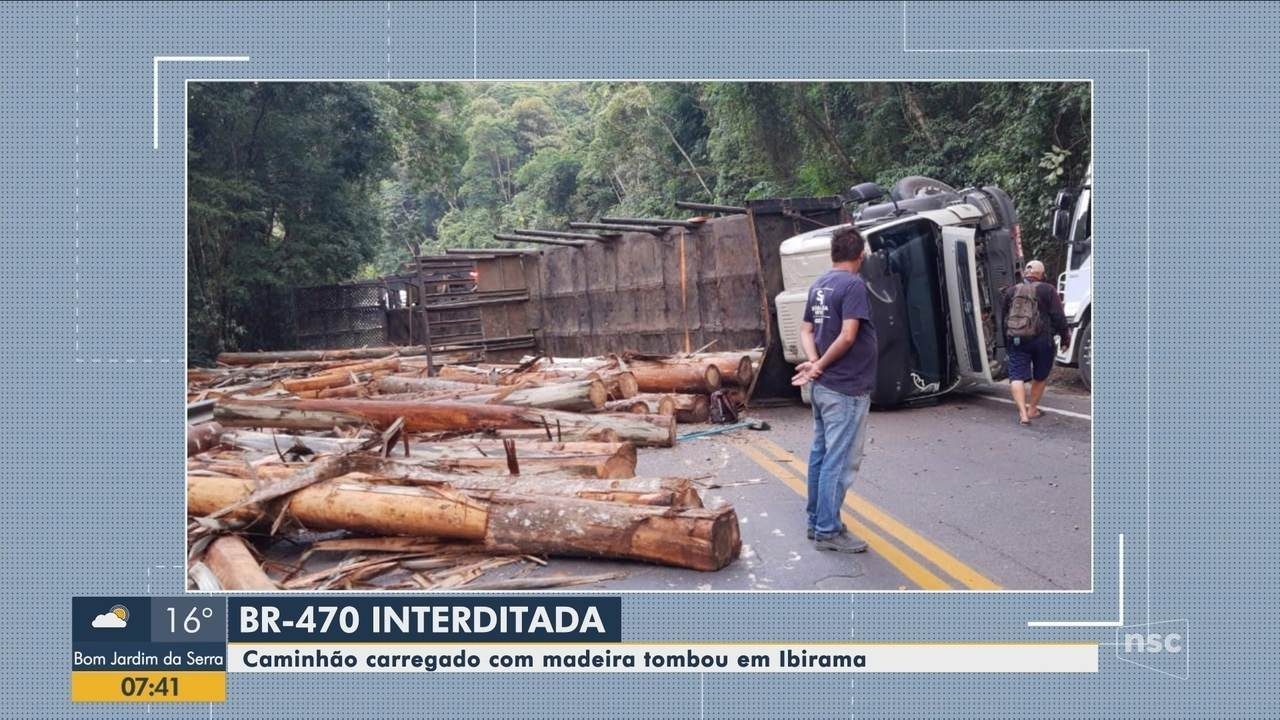 Caminhão carregado com madeira tomba na BR-470 em Ibirama