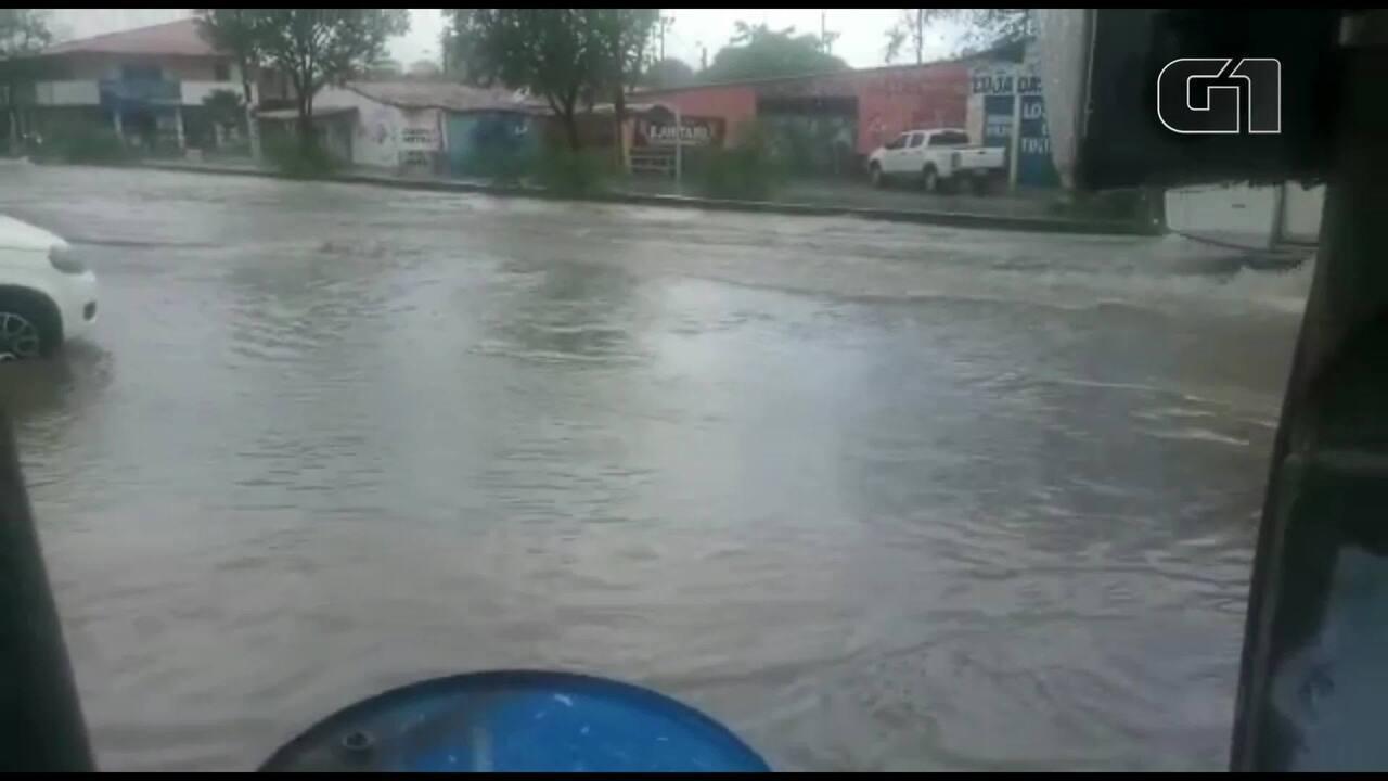 Alagamento na Avenida N, Bairro José Walter, em Fortaleza. Vídeo: Marcos Brizeno
