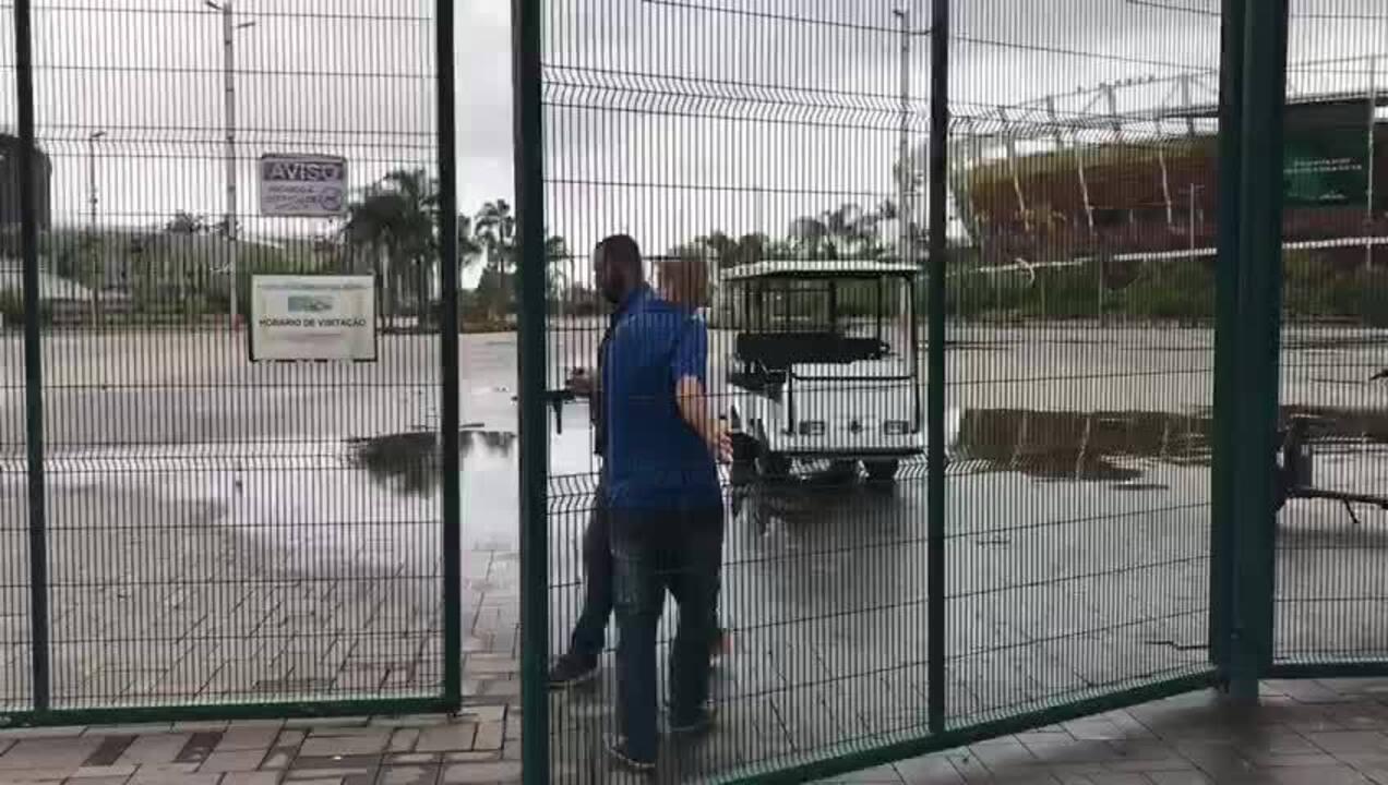 Funcionários da Prefeitura do Rio de Janeiro fecham os portões do Parque do Olímpico
