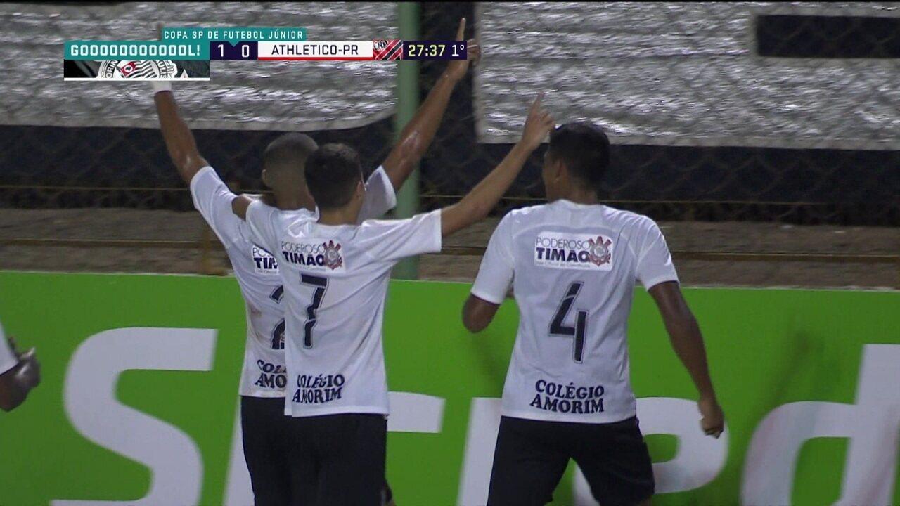 Gol do Corinthians! Daniel Marcos recebe na grande área e chuta forte para abrir o placar, aos 27' do 1º tempo